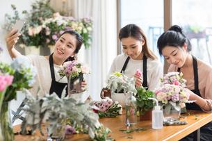 Young women learning flower arrangementの写真素材 [FYI02228950]