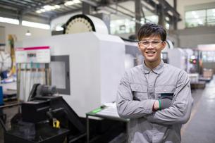Confident engineer in the factoryの写真素材 [FYI02228958]