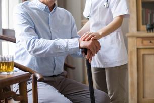 Nursing assistant taking care of senior manの写真素材 [FYI02228987]