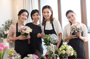 Young women learning flower arrangementの写真素材 [FYI02228994]