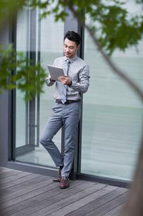 Businessman using digital tabletの写真素材 [FYI02229013]