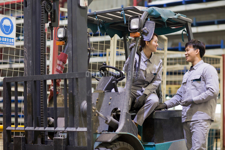 Confident workers driving forklift in the factoryの写真素材 [FYI02229039]