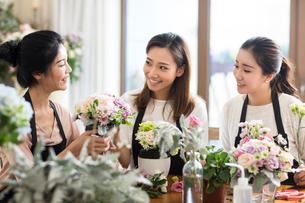 Young women learning flower arrangementの写真素材 [FYI02229041]