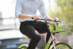 Young man riding a share bikeの写真素材 [FYI02229042]
