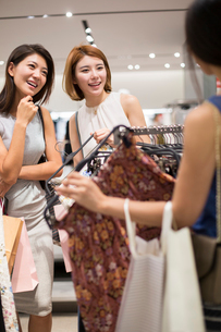 Best female friends shopping in clothing storeの写真素材 [FYI02229061]