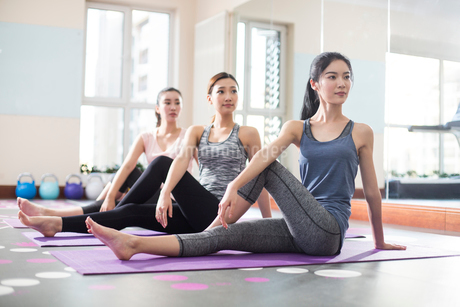 Young women exercising at gymの写真素材 [FYI02229064]