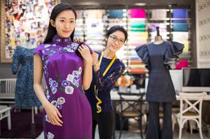 Chinese fashion designer adjusting customer's dressの写真素材 [FYI02229081]