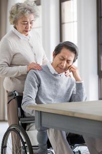 Senior woman taking care of husband in wheel chairの写真素材 [FYI02229088]
