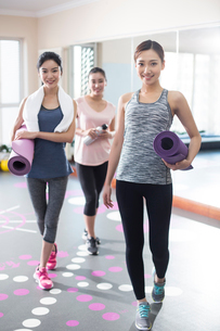 Young women with yoga mats at gymの写真素材 [FYI02229090]