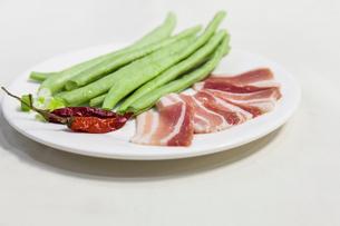 Bush bean, pork belly and chilliの写真素材 [FYI02229099]