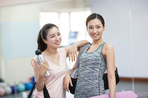 Young women resting at gymの写真素材 [FYI02229100]