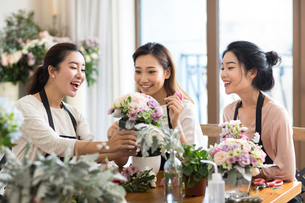 Young women learning flower arrangementの写真素材 [FYI02229119]