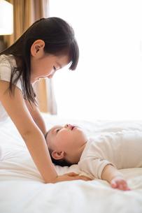 Little girl and baby boyの写真素材 [FYI02229122]