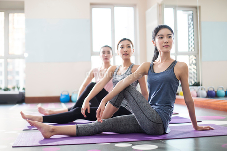 Young women exercising at gymの写真素材 [FYI02229133]