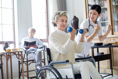 Senior woman exercising with dumbbell in nursing homeの写真素材 [FYI02229139]