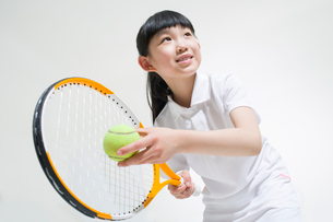 Cute girl playing tennisの写真素材 [FYI02229157]