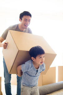 Happy young Chinese father and son moving homeの写真素材 [FYI02229167]