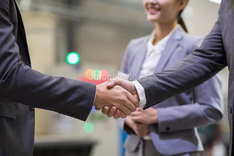 Business people shaking hands in the factoryの写真素材 [FYI02229216]
