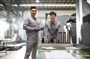 Confident engineers working in the factoryの写真素材 [FYI02229227]