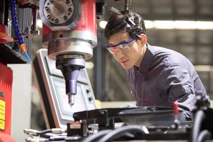 Confident engineer working in the factoryの写真素材 [FYI02229235]