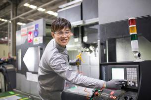 Confident engineer working in the factoryの写真素材 [FYI02229242]