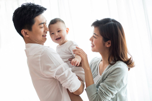 Happy young familyの写真素材 [FYI02229254]