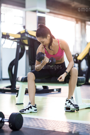 Young woman exercising at gymの写真素材 [FYI02229256]