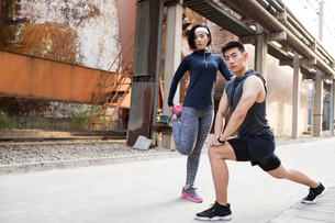 Young Chinese couple exercising outdoorsの写真素材 [FYI02229276]