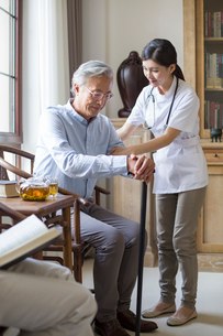 Nursing assistant taking care of senior manの写真素材 [FYI02229279]