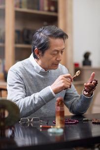 Senior man admiring antiquesの写真素材 [FYI02229307]