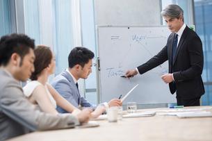 Business people having meeting in board roomの写真素材 [FYI02229335]