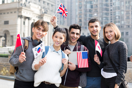 Cheerful abroad students on campusの写真素材 [FYI02229348]