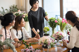 Young women learning flower arrangementの写真素材 [FYI02229364]