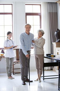 Nursing assistant and senior coupleの写真素材 [FYI02229390]