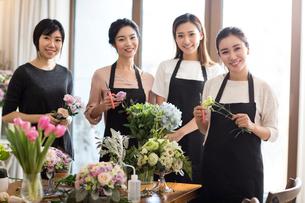 Young women learning flower arrangementの写真素材 [FYI02229410]