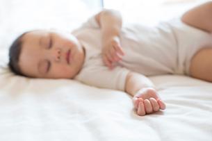 Cute baby boy in sweet dreamの写真素材 [FYI02229415]