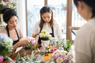 Young women learning flower arrangementの写真素材 [FYI02229422]