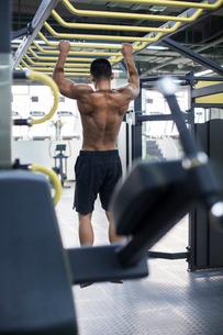 Young man exercising at gymの写真素材 [FYI02229450]