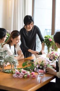 Young women learning flower arrangementの写真素材 [FYI02229457]