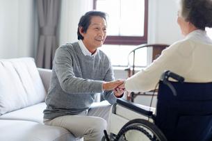 Senior man taking care of wife in wheel chairの写真素材 [FYI02229466]