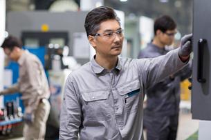 Confident engineers working in the factoryの写真素材 [FYI02229475]