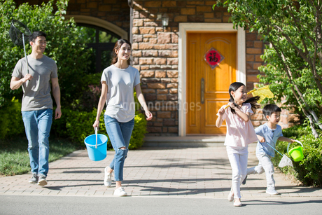 Happy young Chinese family with butterfly nets outdoorsの写真素材 [FYI02229483]