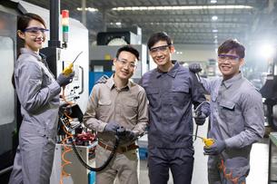 Confident engineers in the factoryの写真素材 [FYI02229487]