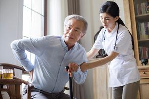 Nursing assistant taking care of senior manの写真素材 [FYI02229522]