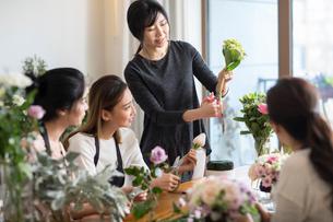Young women learning flower arrangementの写真素材 [FYI02229528]