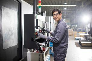 Confident engineer working in the factoryの写真素材 [FYI02229575]