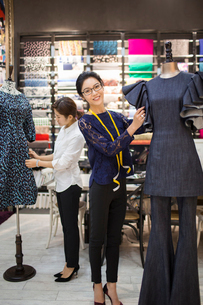 Confident Chinese fashion designers workingの写真素材 [FYI02229585]