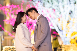 Cheerful young Chinese couple kissingの写真素材 [FYI02229602]