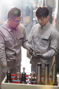 Confident engineers working in the factoryの写真素材 [FYI02229608]