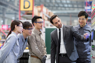 Businessman and engineers talking in the factoryの写真素材 [FYI02229616]